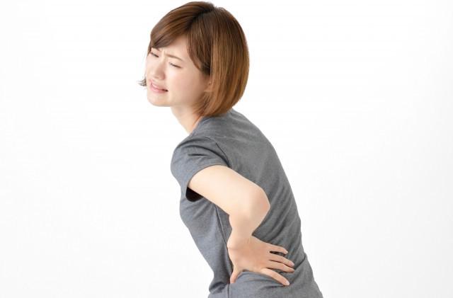 背中を痛めた女性の写真