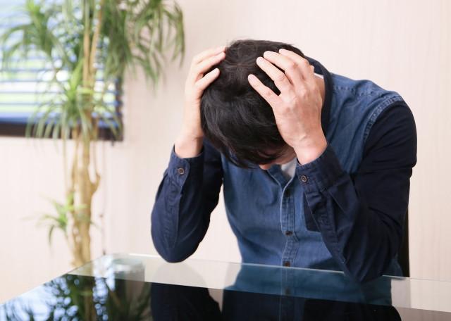 頭痛に悩む男性の写真