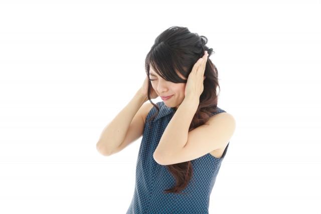 耳鳴りに悩む女性の写真